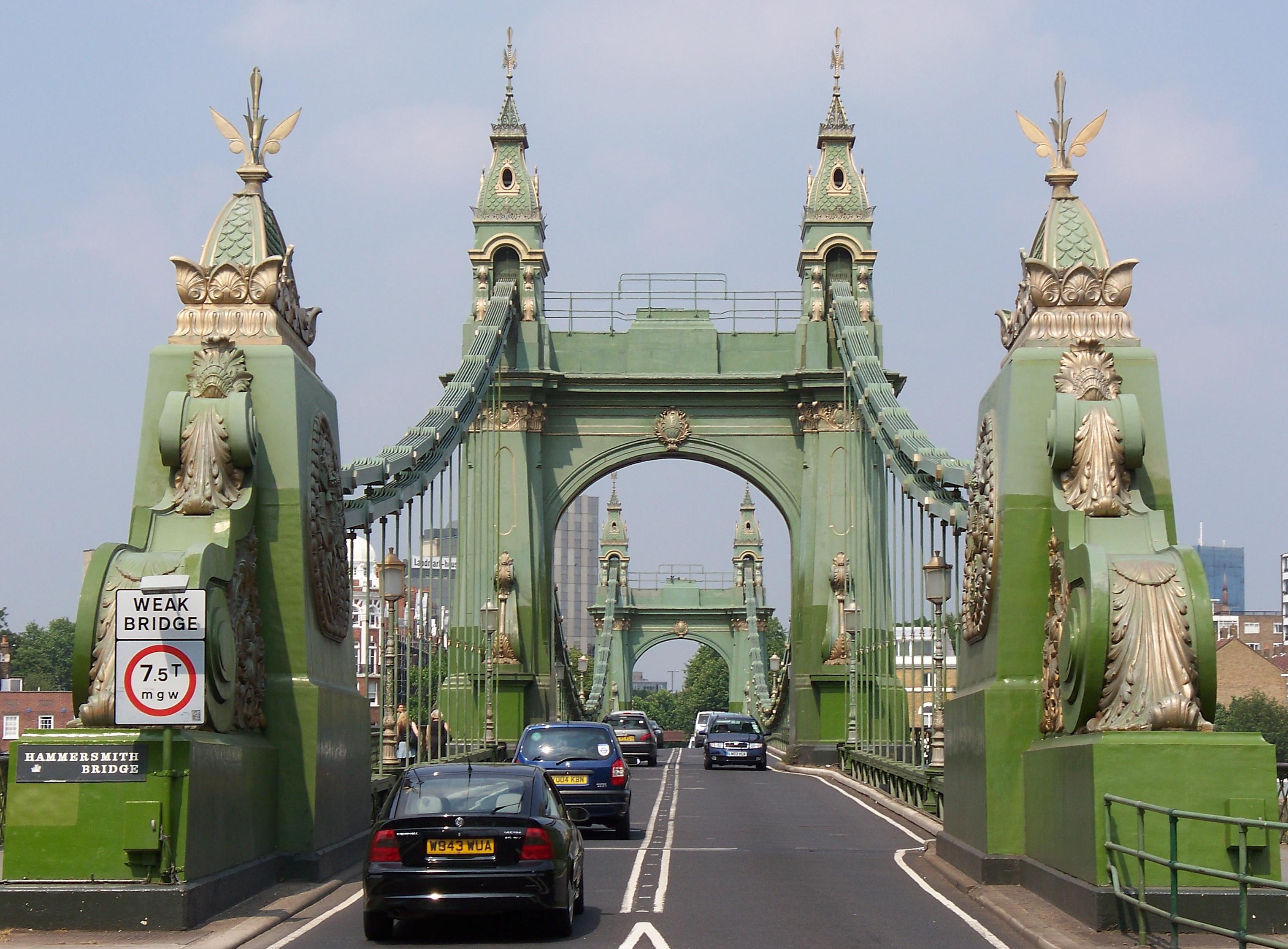 Hammersmith_Bridge_entrance_(South)