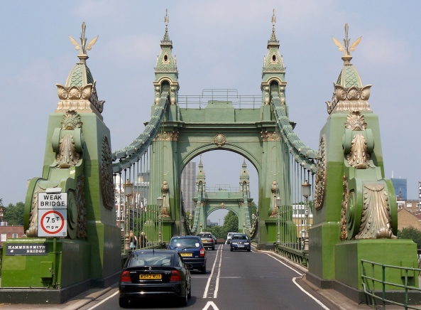Hammersmith_Bridge_entrance_(South)
