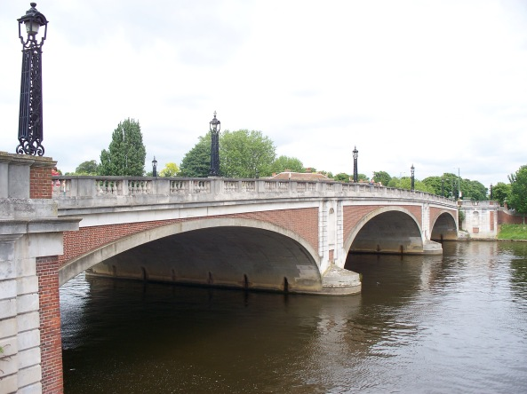 Hampton_Court_Bridge