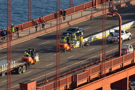 Installation_of_the_Golden_Gate_Bridge_Moveable_Median_Barrier_System_on_January_10,_2015_-03