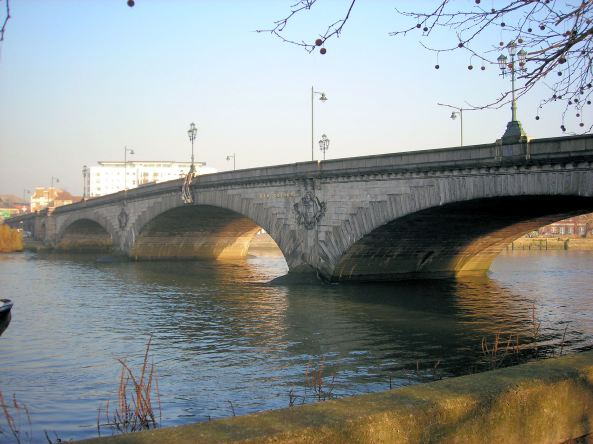 Kew_Bridge,_London.
