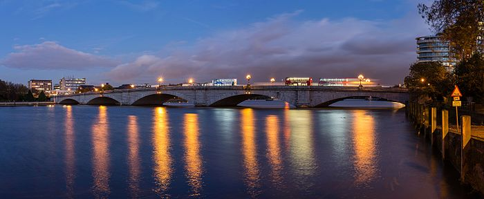 Putney_Bridge_at_Dusk,_London,_UK_-_Diliff