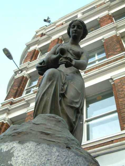 Temperance_-_Statue_-_Blackfriars_Bridge_north_end_-_London_-_240404