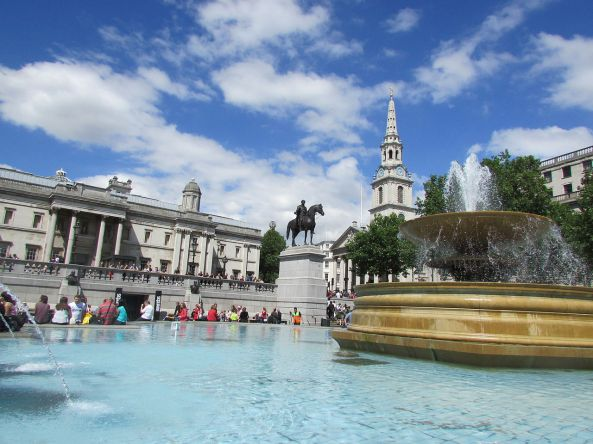 Trafalgar_square_fountain,_June_7_2014