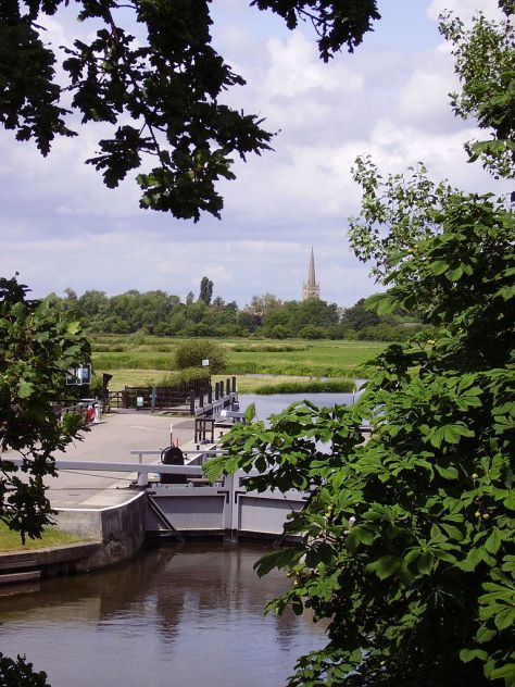 768px-St_John's_Lock_and_Lechlade_in_background