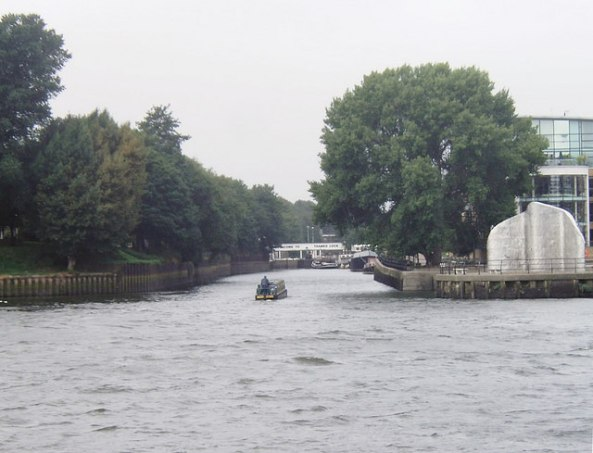 Confluence_of_Rivers_Thames_and_Brent_-_geograph.org.uk_-_921332