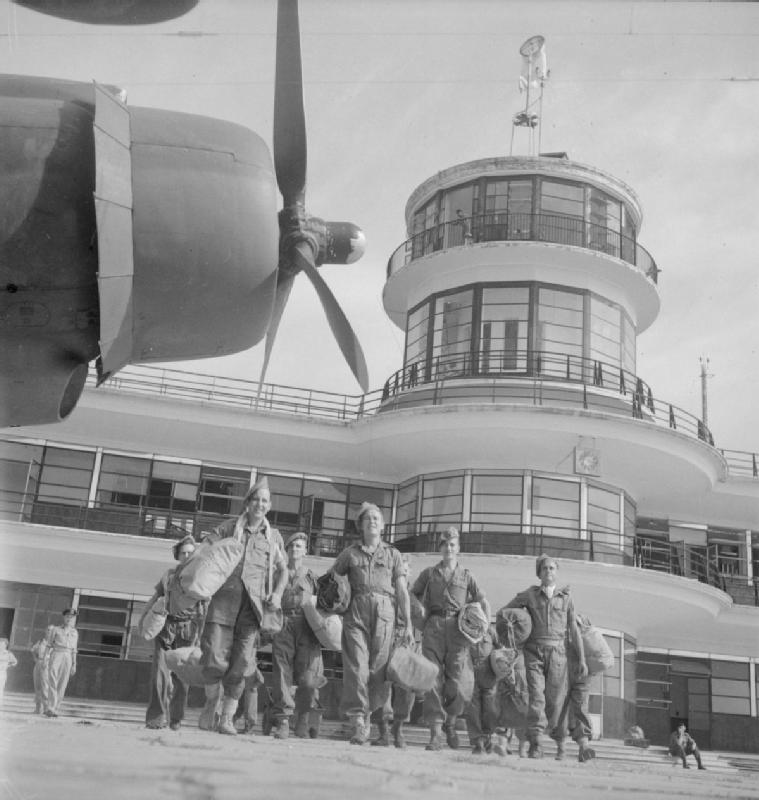Evacuation_of_British_POWs,_Kallang_Airport,_Singapore_-_19450908