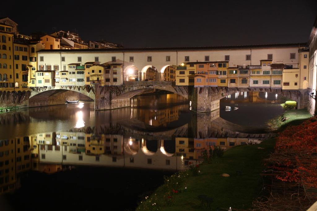 Florence_Ponte_Vecchio_bridge_at_night