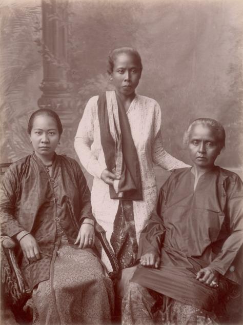 KITLV_-_103763_-_Chinese_and_Malaysian_women_at_Singapore_-_circa_1890.tif