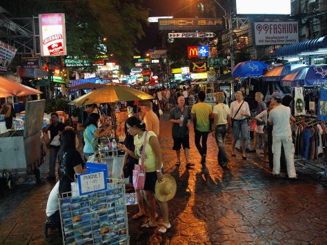 1024px-Khao_San_Road_at_night_by_kevinpoh