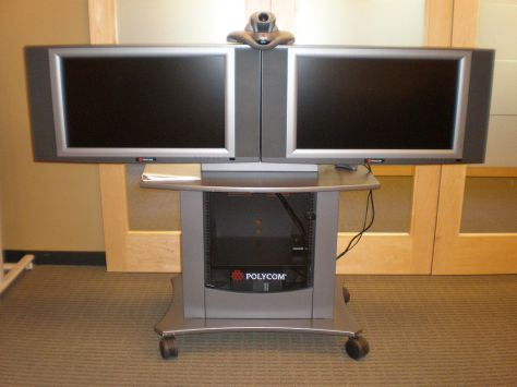 1024px-Polycom_VSX_7000_with_2_video_conferencing_screens