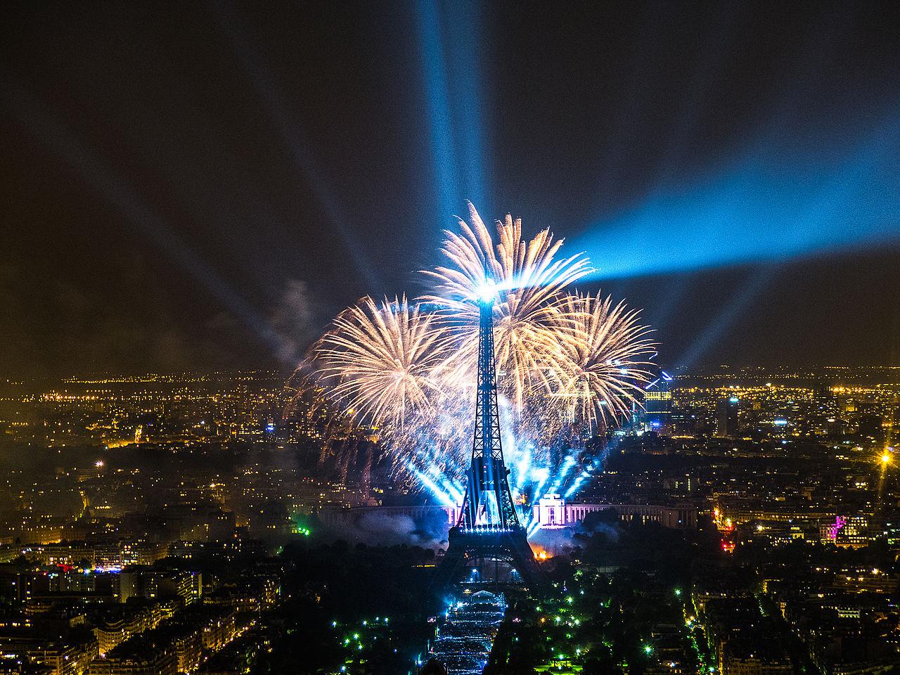 1280px-2013_Fireworks_on_Eiffel_Tower_11