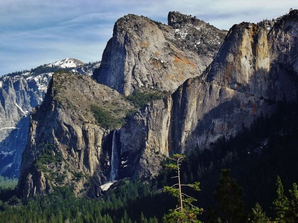 1280px-Bridalveil_Fall_and_valley