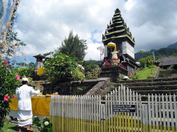 1280px-Pura_Parahyangan_Agung_Jagatkartta,_Candi_Siliwangi_Shrine