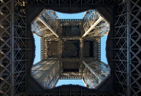 1280px-Sous_la_Tour_Eiffel_1