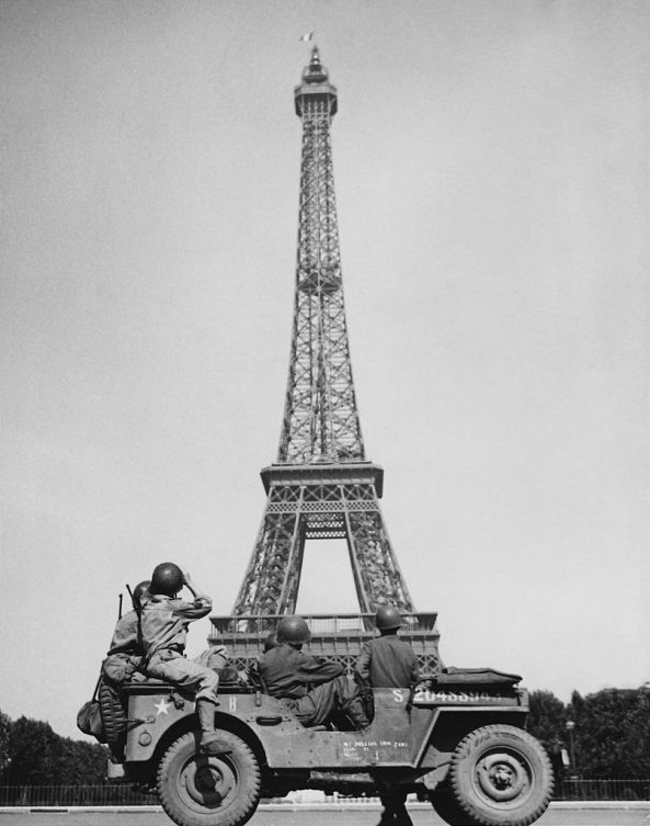 806px-American_soldiers_watch_as_the_Tricolor_flies_from_the_Eiffel_Tower_again
