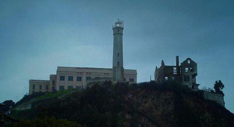 Alcatraz_cellhouse,_lighthouse_and_Warden's_House_ruins