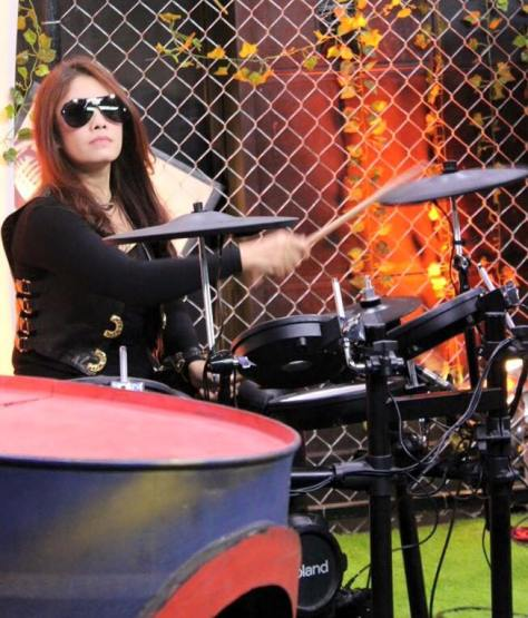Drummer-Cantik-yang-Bakal-Membuat-Kamu-Makin-Cinta-Musik-Indonesia-Kamar-Musik-Dewi-Geger
