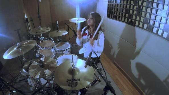 Drummer-Cantik-yang-Bakal-Membuat-Kamu-Makin-Cinta-Musik-Indonesia-Kamar-Musik-JP-Millenix