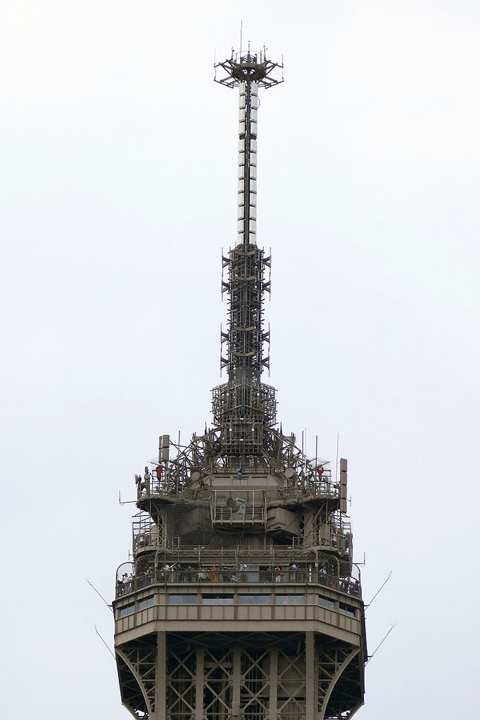 Tour_Eiffel_le_sommet_08-2015_(cropped)