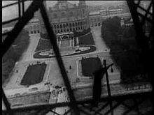 Vue_Lumière_No_992_-_Panorama_pendant_l'ascension_de_la_Tour_Eiffel_(1898).ogv