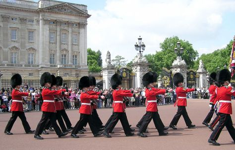 1024px-Buck.palace.soldiers.arp