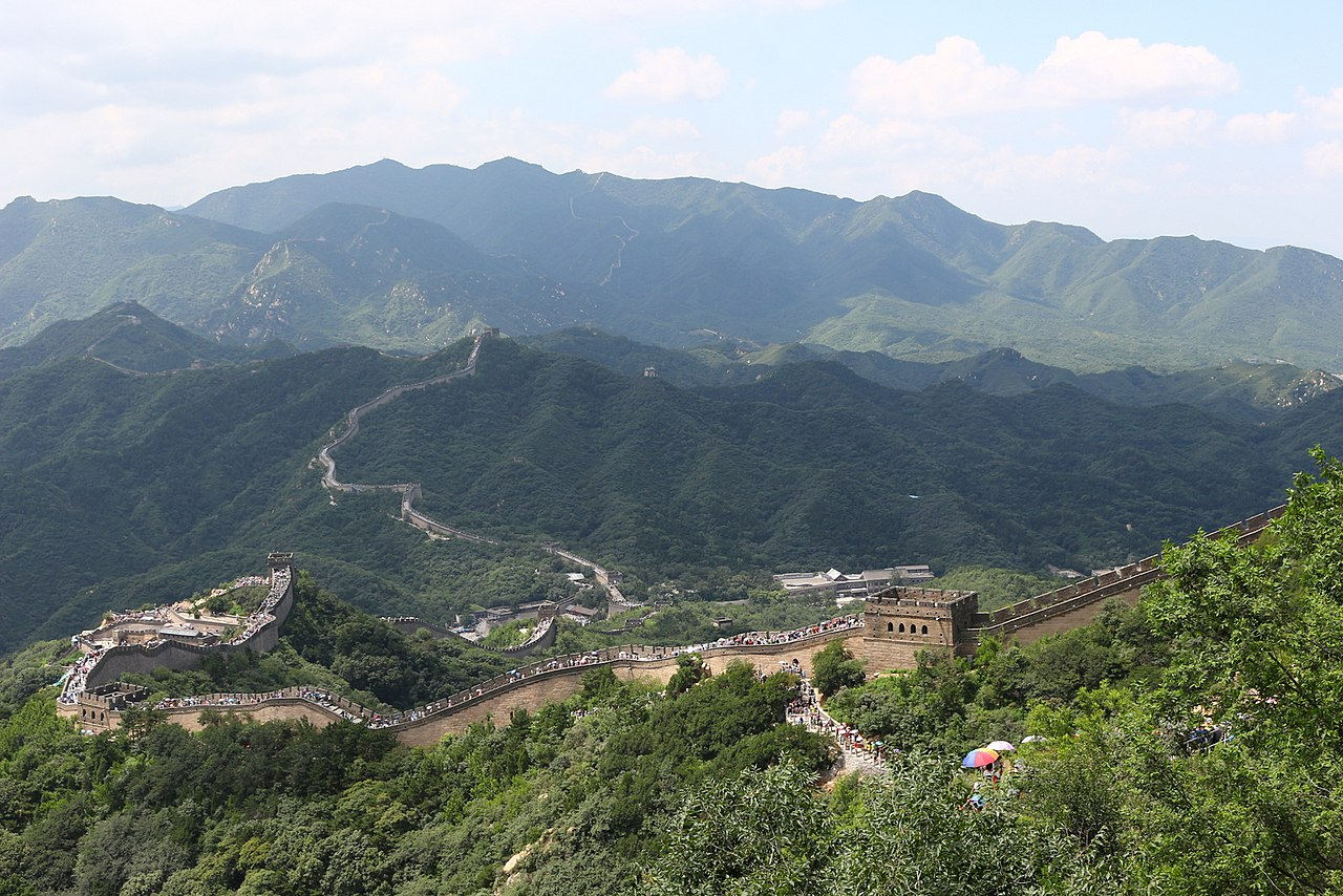 1280px-Great_Wall_of_China_in_tourist_season