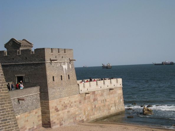 1280px-Great_wall_stops_in_see
