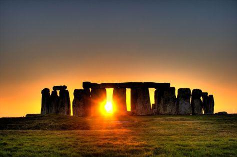 1280px-Stonehenge_(sun)
