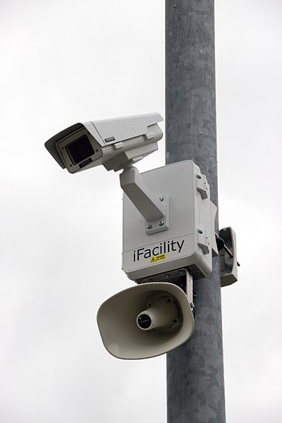 400px-CCTV_camera_and_iFacility_IP_Audio_speaker_on_a_pole