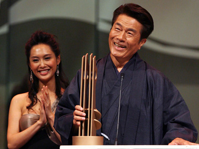 Japanese actor Kurata Yasuaki receives an award during 'Global Chinese Martial Arts Presentation Ceremony' in Shenzhen