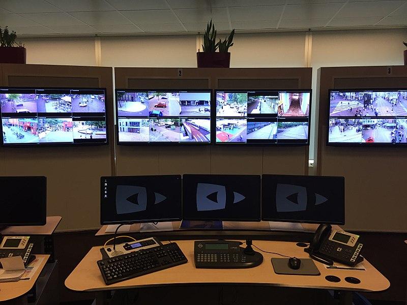 800px-Cameratoezichtcentrale_politie_nederland