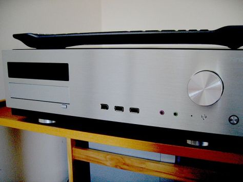 800px-Home_theater_PC_front_with_keyboard