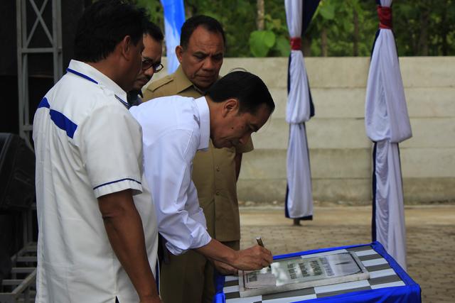 Presiden Joko Widodo (kedua kiri) meresmikan Pembangkit Listrik Tenaga Surya (PLTS) di desa Oelpuah Kabupaten Kupang, NTT, Minggu (27/12).