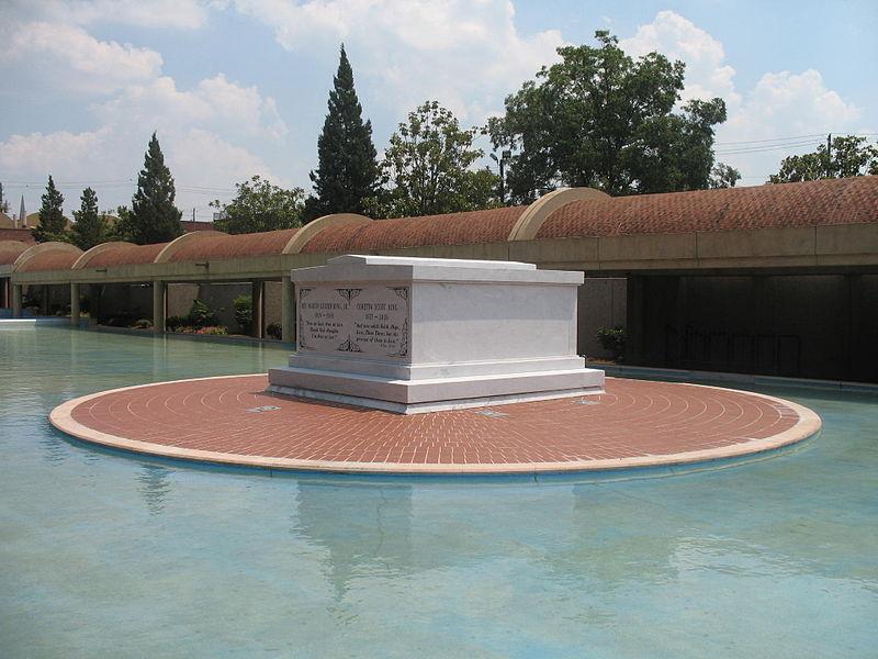 Martin_Luther_King_Jr_Coretta_Scott_King_Tomb