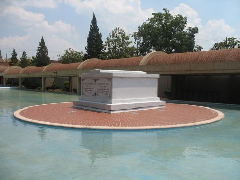 Martin_Luther_King_Jr_Coretta_Scott_King_Tomb