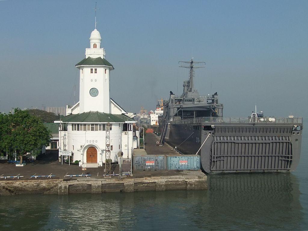 1024px-Pelabuhan_Ujung_Surabaya
