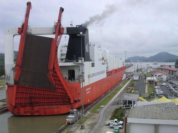 1024px-Ship_passing_through_Panama_Canal_01