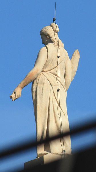 335px-Statue_auf_dem_Bayerischen_Landtag_3427