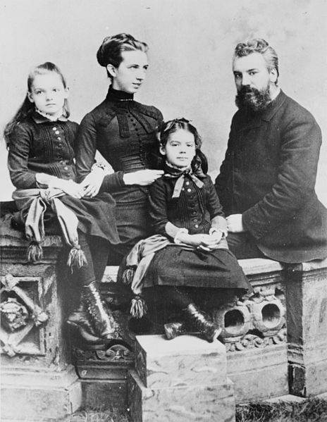 464px-Alexander_Graham_Bell_and_family
