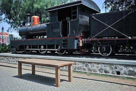 800px-Locomotive_and_Teak_Table_in_front_of_Lawang_Sewu_building,_Semarang