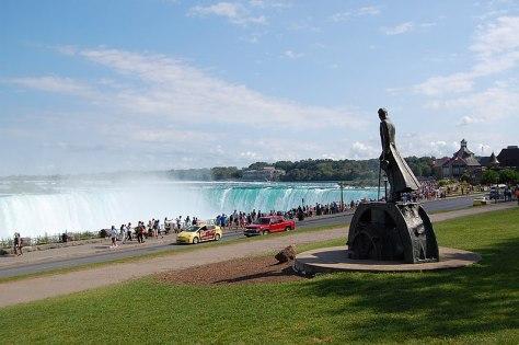 800px-Niagara-Falls_ON_Monument_Nikola-Tesla_2015-08-13_(7)