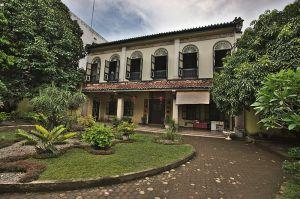 800px-Skewed_Front_View,_Tjong_A_Fie_Mansion,_Medan