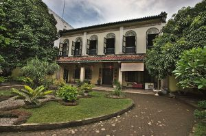 800px-Skewed_Front_View,_Tjong_A_Fie_Mansion,_Medan