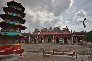 800px-View_Toward_Main_Hall,_Vihara_Gunung_Timur,_Medan,_Sumatra