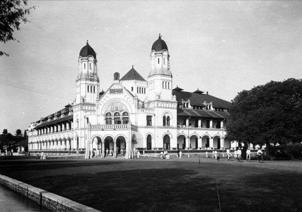 COLLECTIE_TROPENMUSEUM_Het_hoofdkantoor_van_de_Nederlandsch-Indische_Spoorweg_Maatschappij_(NIS)_in_Semarang_TMnr_10032316