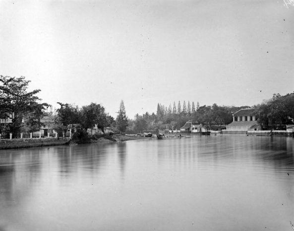 COLLECTIE_TROPENMUSEUM_Residentiehuis_aan_het_water_Surabaya_TMnr_10021070