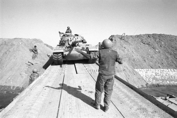 Israeli_Tanks_Cross_the_Suez_Canal_-_Flickr_-_Israel_Defense_Forces