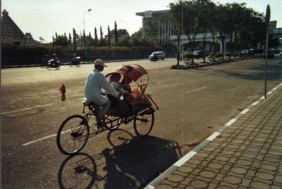 Surabaya_straatbeeld_bechak