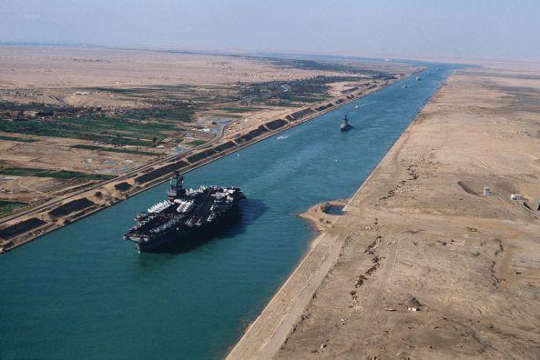 USS_America_(CV-66)_in_the_Suez_canal_1981